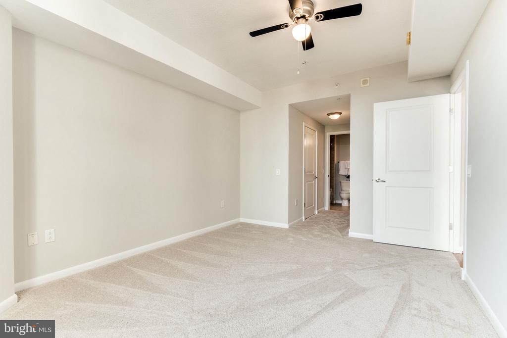 Duel closets and access to the bathroom - 1021 N GARFIELD ST #714, ARLINGTON