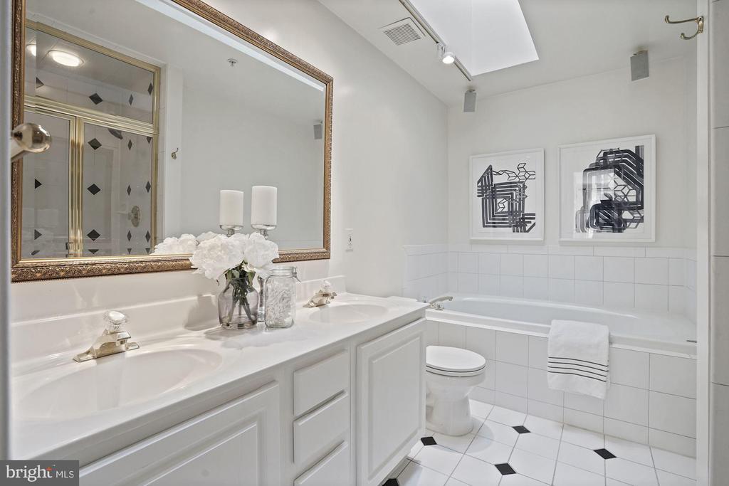 Dual sinks and a large soaking tub - 1174 N VERNON ST, ARLINGTON