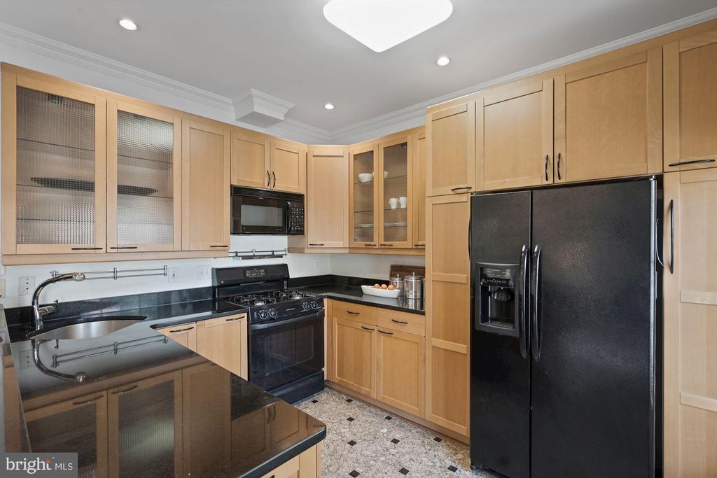 Plentiful cabinets, granite counters - 1174 N VERNON ST, ARLINGTON