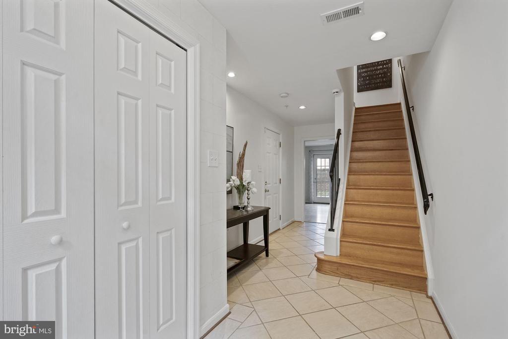 Welcoming foyer will tall ceilings - 1174 N VERNON ST, ARLINGTON