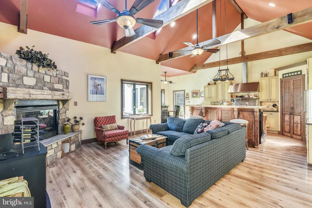 Great Room with Exposed Beams - 20448 OATLANDS CHASE PL, LEESBURG