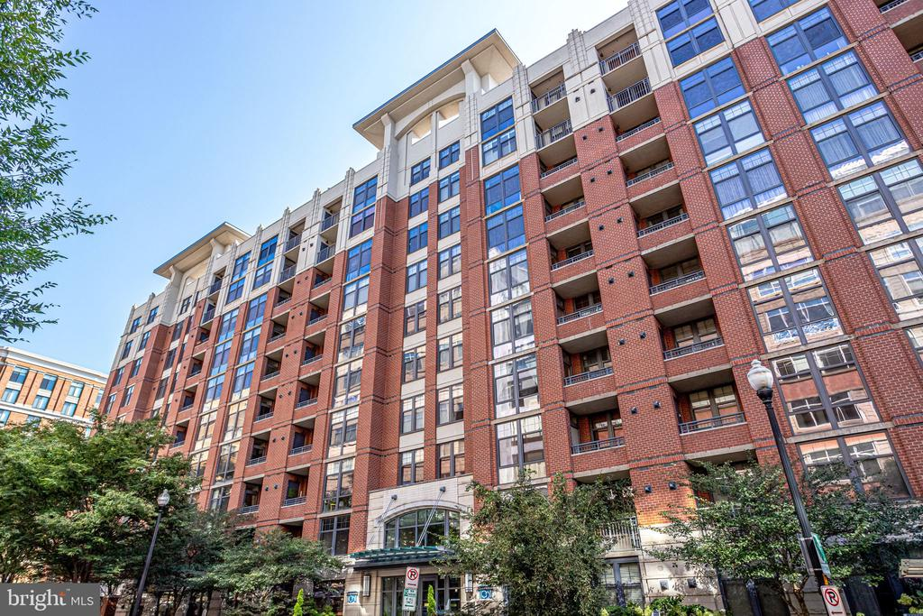 Located in the highly desirable Clarendon 1021 - 1021 N GARFIELD ST #714, ARLINGTON