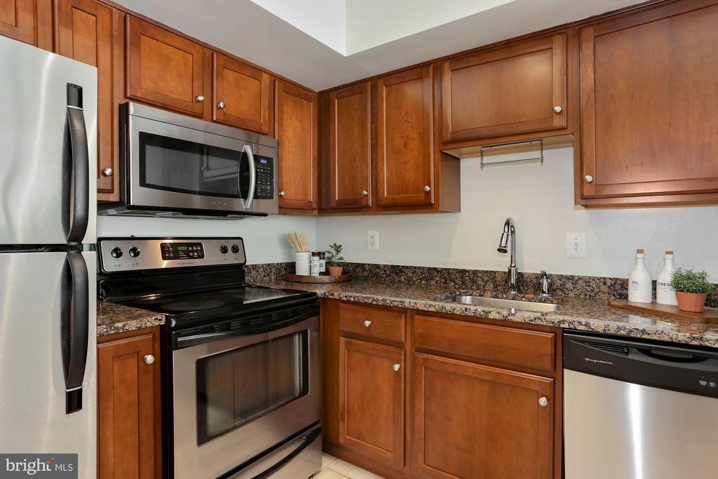 Kitchen - Stainless Steel Appliances! - 1001 N RANDOLPH ST #214, ARLINGTON