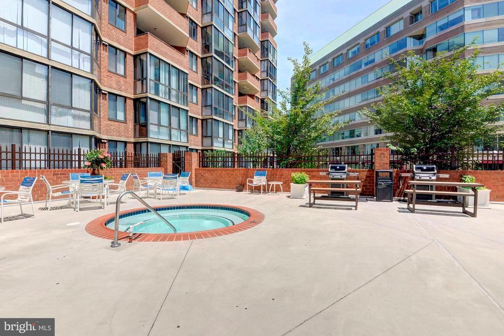 Pool, Hot Tub, BBQ Grills, & Sun Deck - 1001 N RANDOLPH ST #214, ARLINGTON