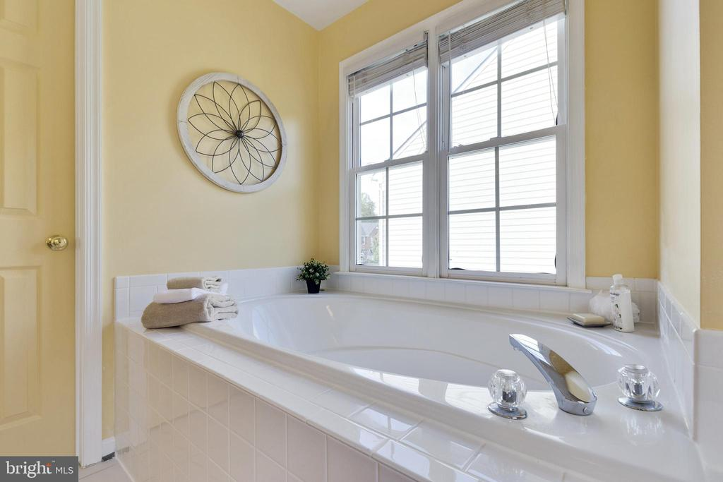 Primary Suite Soaking Tub - 48 BOULDER DR, STAFFORD