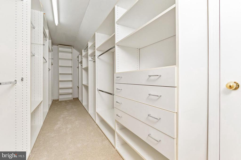 Master Walk In Closet - 20588 TANGLEWOOD WAY, STERLING