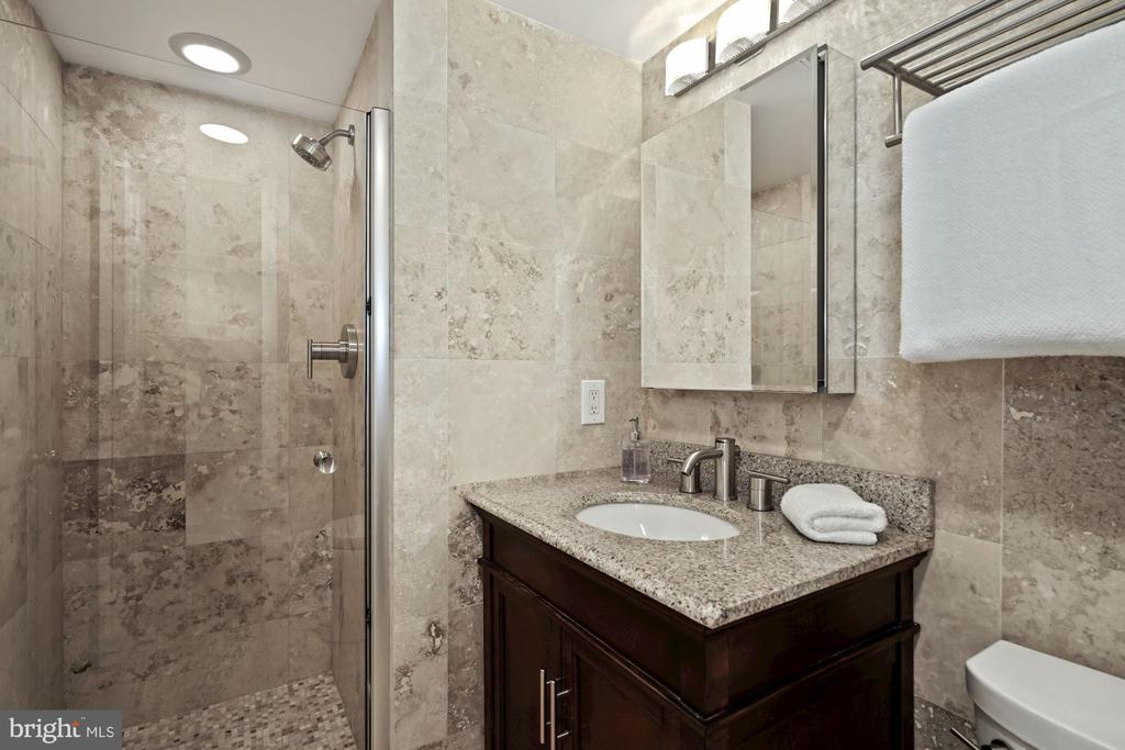 Travertine owner's bath w/walk-in shower - 1301 N COURTHOUSE RD #801, ARLINGTON