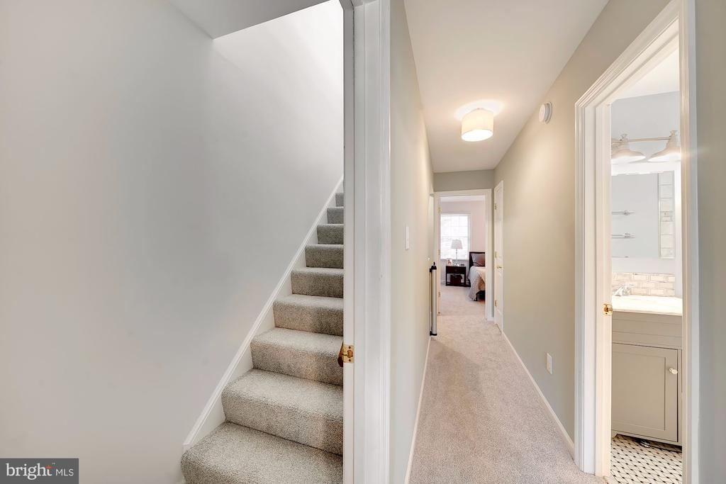 Private Entry to Third Floor Loft - 1168 N VERMONT ST, ARLINGTON