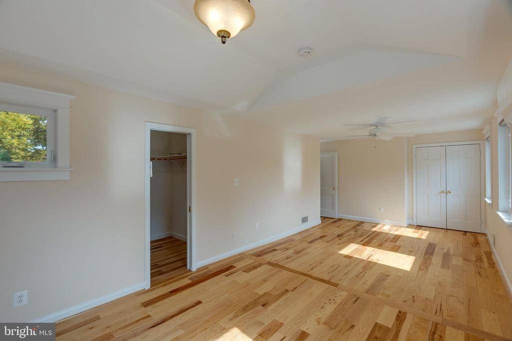 Beautiful Hickory Floors in Primary Bedroom - 6947 N FOUR MILE RUN DR, ARLINGTON