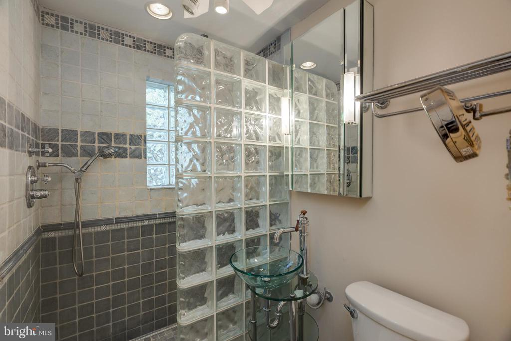 Renovated Main Bathroom - 6947 N FOUR MILE RUN DR, ARLINGTON