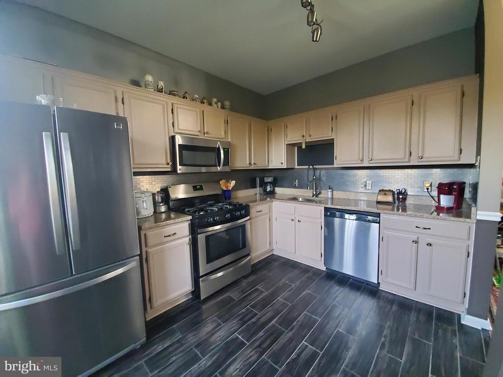 Upgraded appliances and cabinets - 46580 DRYSDALE TER #300, STERLING