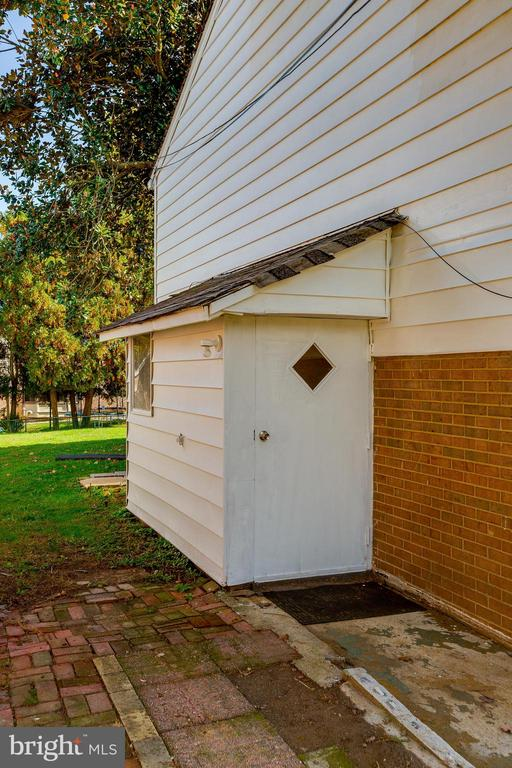 Separate side entrance - 12813 LAYHILL RD, SILVER SPRING