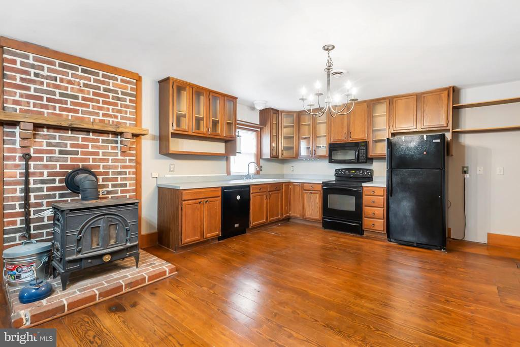 Pot belly stove will warm you up this winter - 7901 MELTON LN, SPOTSYLVANIA