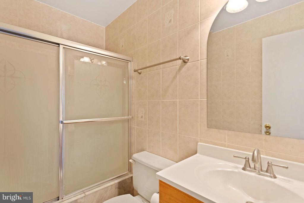 Hall full bathroom - 55 MILLARD CT, STERLING