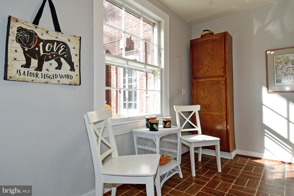 Sunny eating area with pantry - 1600 S BARTON ST #747, ARLINGTON