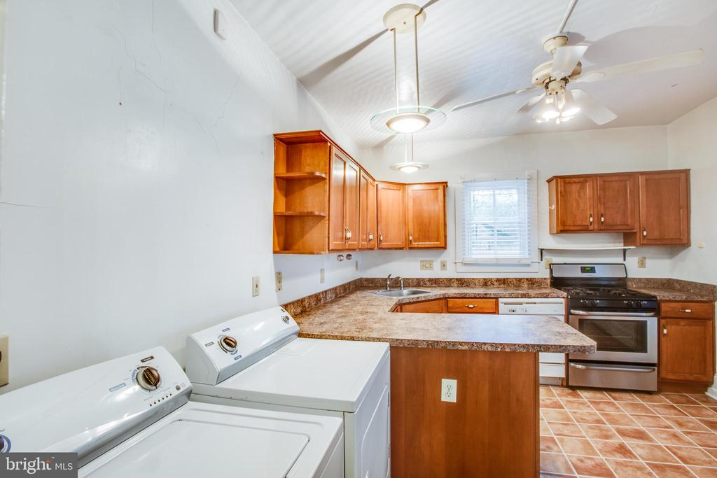Right side kitchen with washer/dryer - 313 WOLFE ST, FREDERICKSBURG