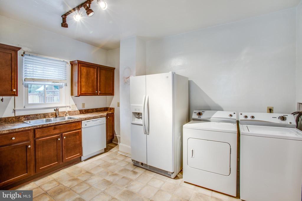 Left side kitchen with washer/dryer - 313 WOLFE ST, FREDERICKSBURG