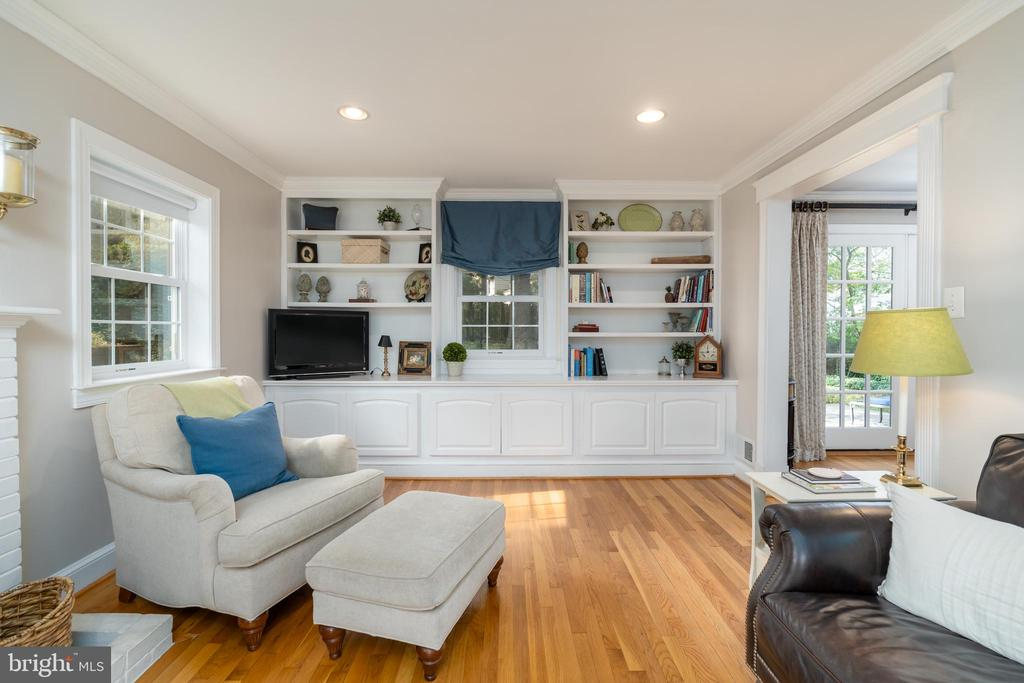 Built-in bookcases in living room - 3502 HALCYON DR, ALEXANDRIA
