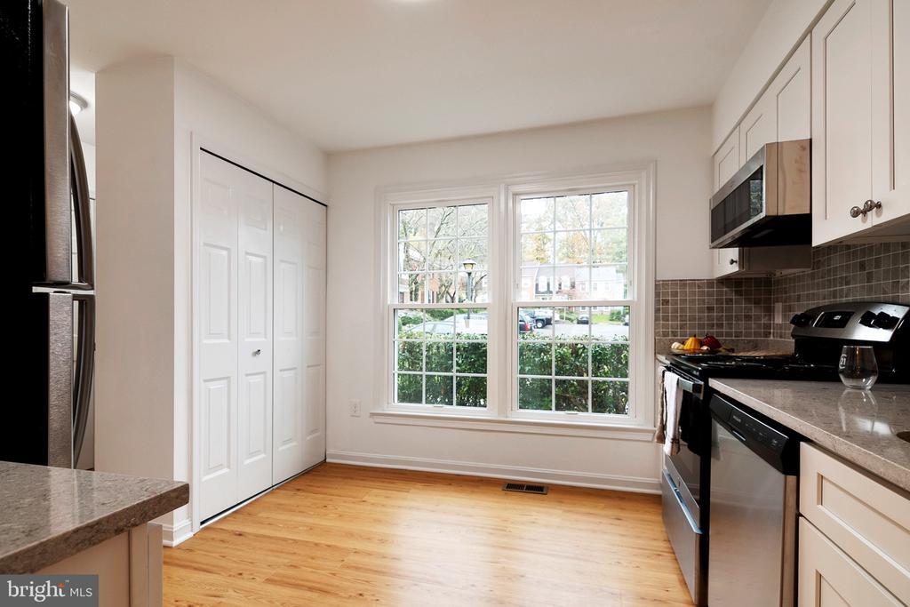 Kitchen - Big Windows - 6304 TEAKWOOD CT, BURKE
