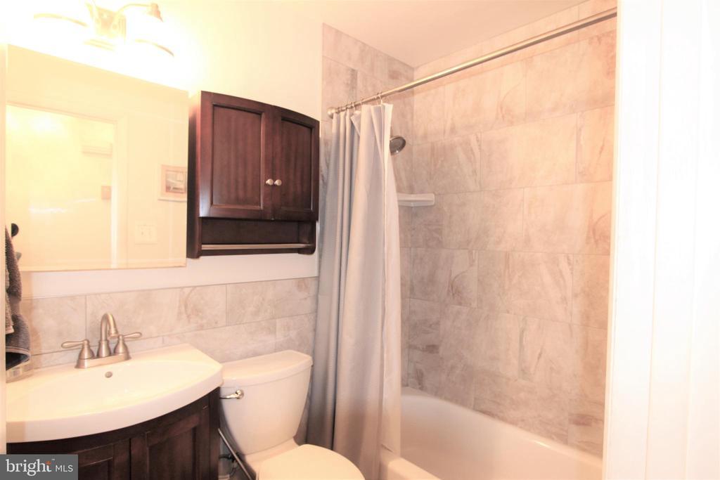 Main Level Updated Full Bath, Ceramic Tile & Floor - 7707 DUBLIN DR, MANASSAS