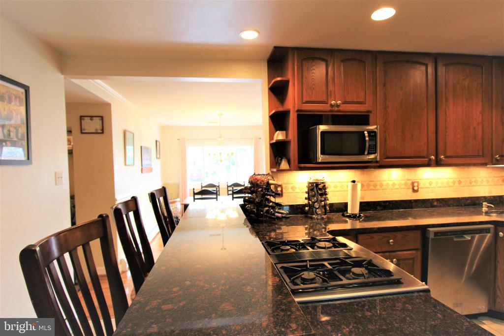 Kitchen Granite Top Bar with Room for Stools - 7707 DUBLIN DR, MANASSAS