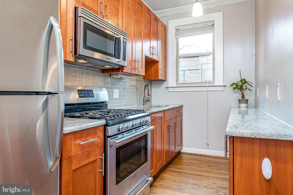 Updated kitchen with lots of cabinet space - 3025 PORTER ST NW #23, WASHINGTON