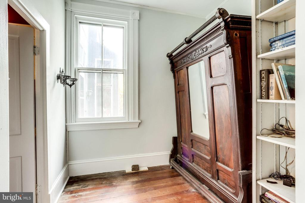 Small room off of parlor, perfect for office - 210 N KING ST, LEESBURG