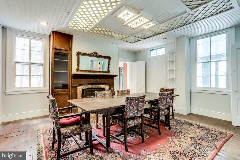 Large dining room perfect for hosting a grand meal - 210 N KING ST, LEESBURG