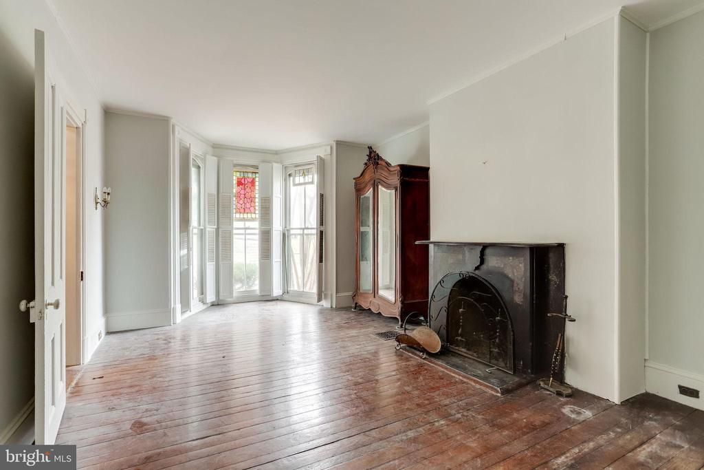 Large room great for entertaining - 210 N KING ST, LEESBURG