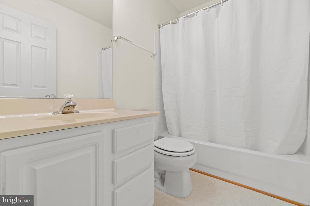 Lower Level Full Bathroom - 10206 MAGNOLIA GROVE DR, MANASSAS