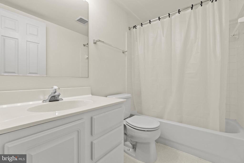 Upper Level Full Bathroom - 10206 MAGNOLIA GROVE DR, MANASSAS