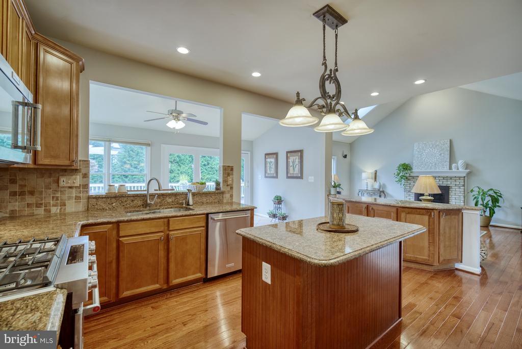 Kitchen - 10868 GROVEHAMPTON CT, RESTON