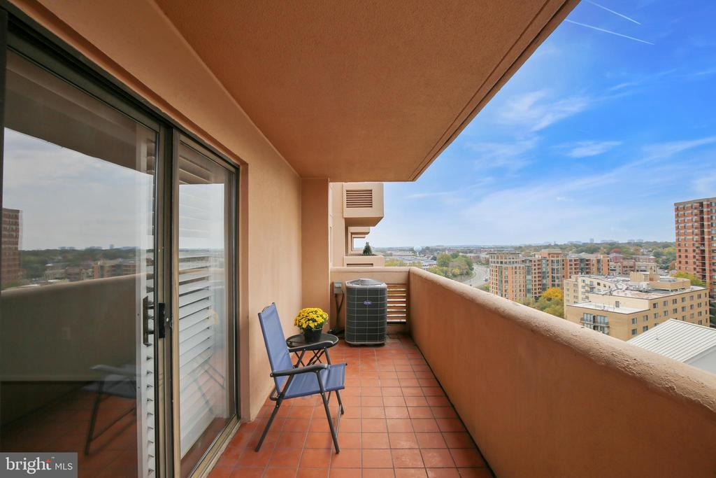 Relax and enjoy the views - 1301 N COURTHOUSE #1607, ARLINGTON