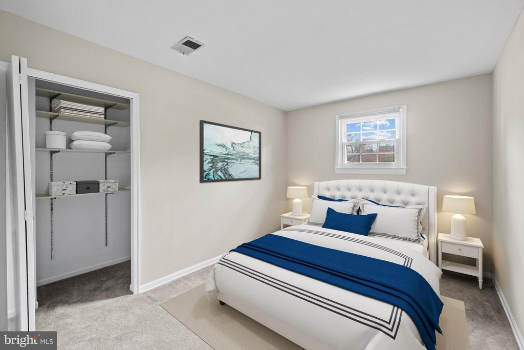 Lower level bedroom with walk-in closet - 207 ORCHARD CIR, HAMILTON