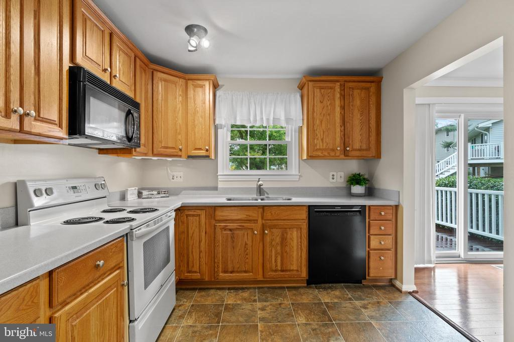 Spacious kitchen with new Bosch dishwasher - 207 ORCHARD CIR, HAMILTON