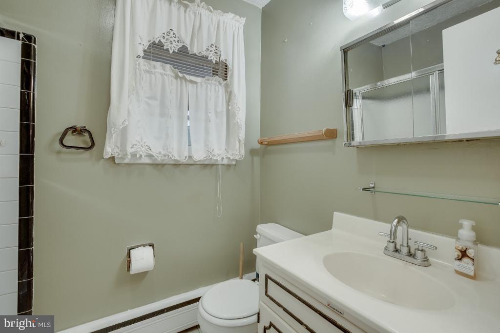 Original full bathroom on upper level. - 161 LAWSON RD SE, LEESBURG