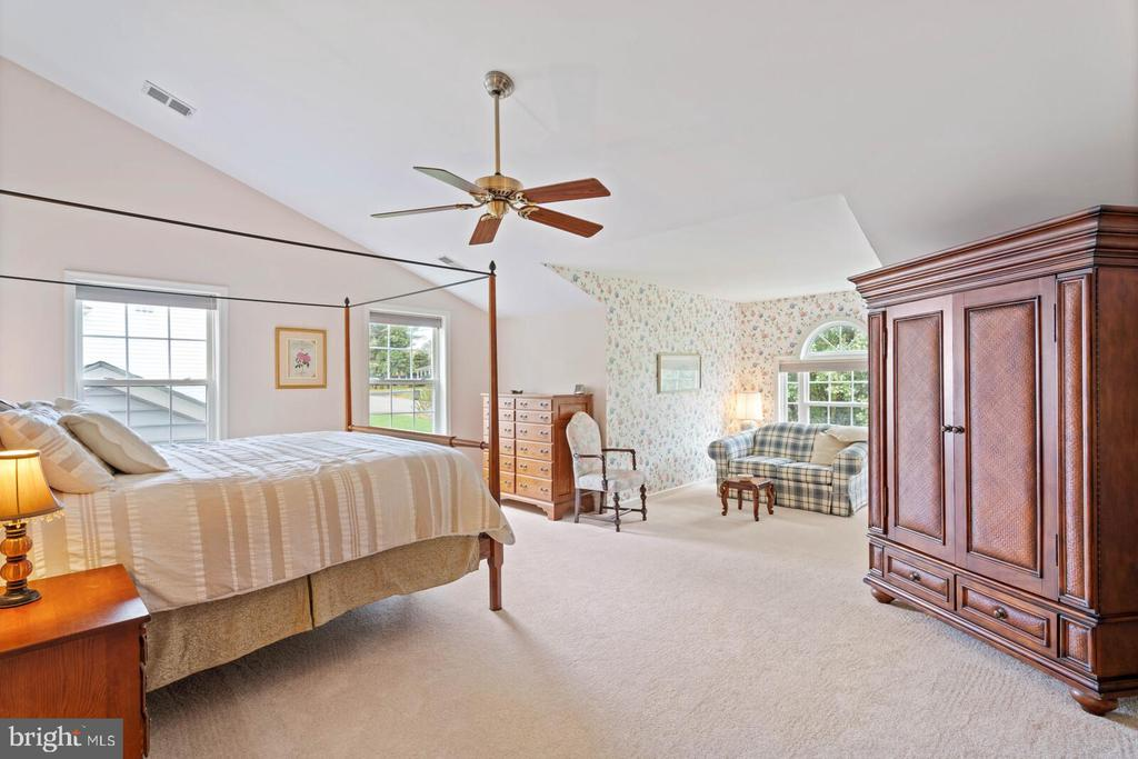 Master Bedroom with Cathedral Ceiling and Alcove. - 7893 MEADOWGATE DR, MANASSAS