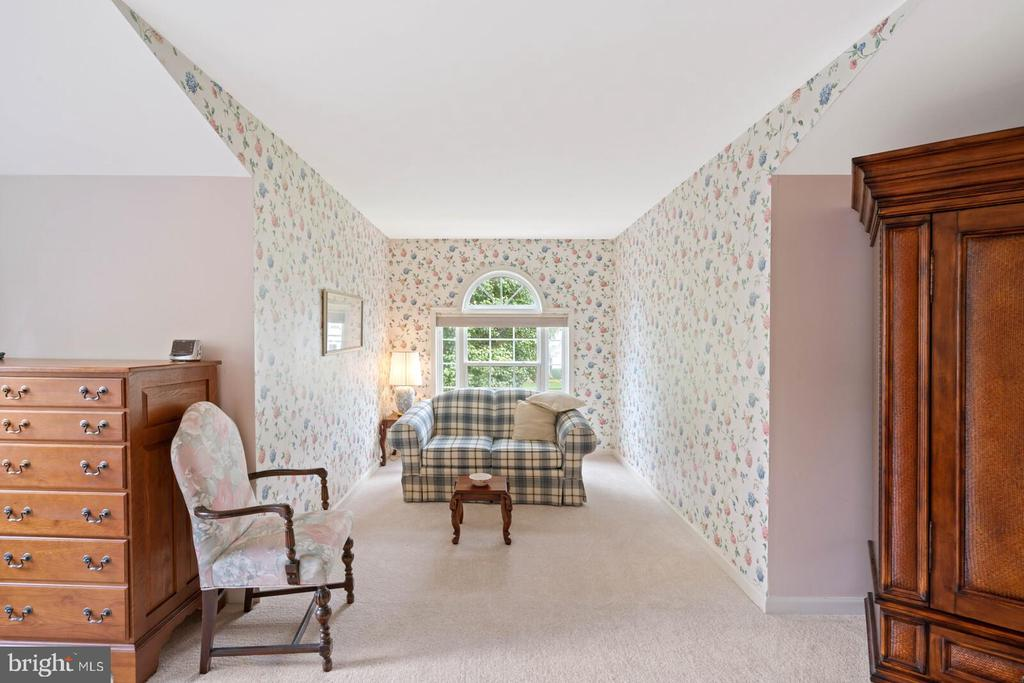 Master Bedroom Sitting / Reading Alcove. - 7893 MEADOWGATE DR, MANASSAS