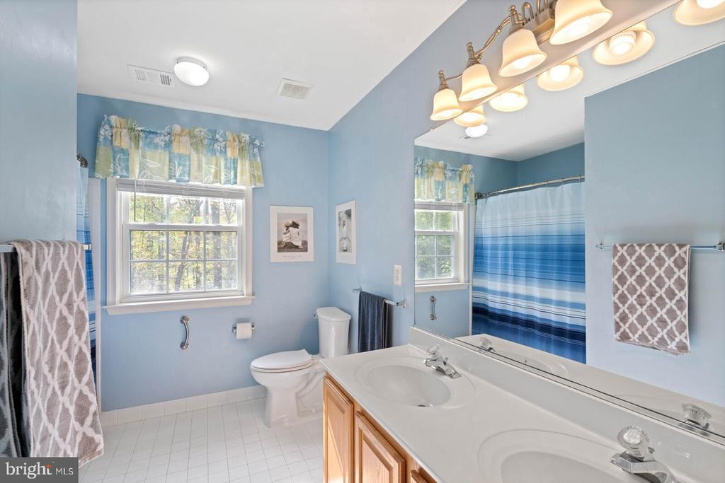 2nd Level Full Bath from Hall Entrance - 7893 MEADOWGATE DR, MANASSAS