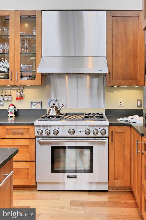 Six burner gas range - 1615 N QUEEN ST #M601, ARLINGTON