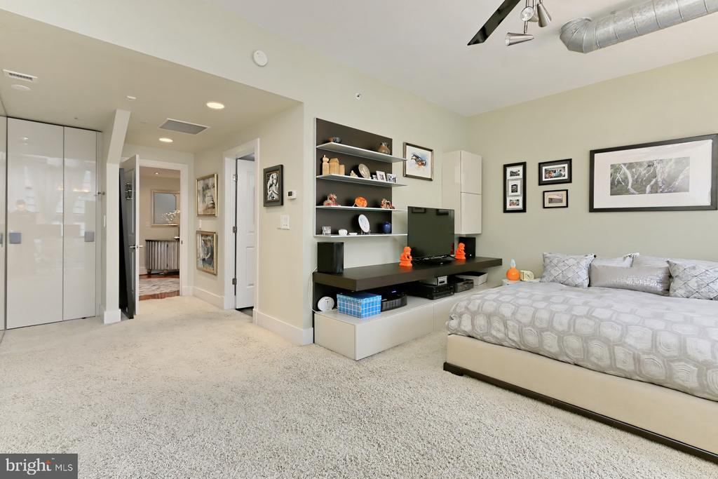 Huge owner's bedroom - hardwood under carpet - 1615 N QUEEN ST #M601, ARLINGTON
