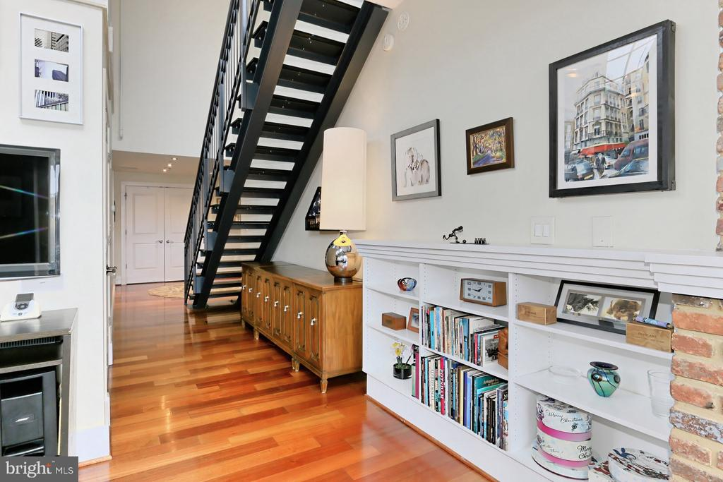Great room with floating staircase - 1615 N QUEEN ST #M601, ARLINGTON