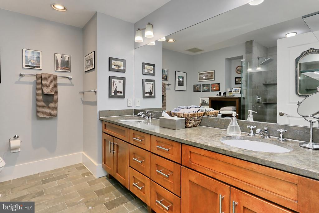 Owner's bath with double sinks - 1615 N QUEEN ST #M601, ARLINGTON