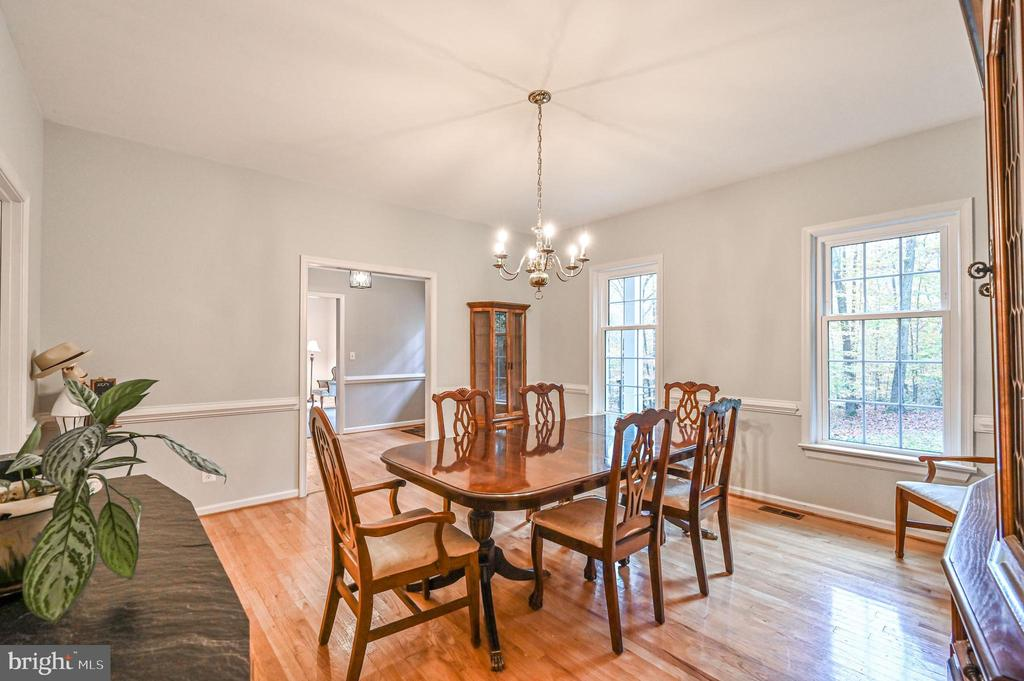 Elegent Dining Rm with Chair Molding - 5040 CANNON BLUFF DR, WOODBRIDGE