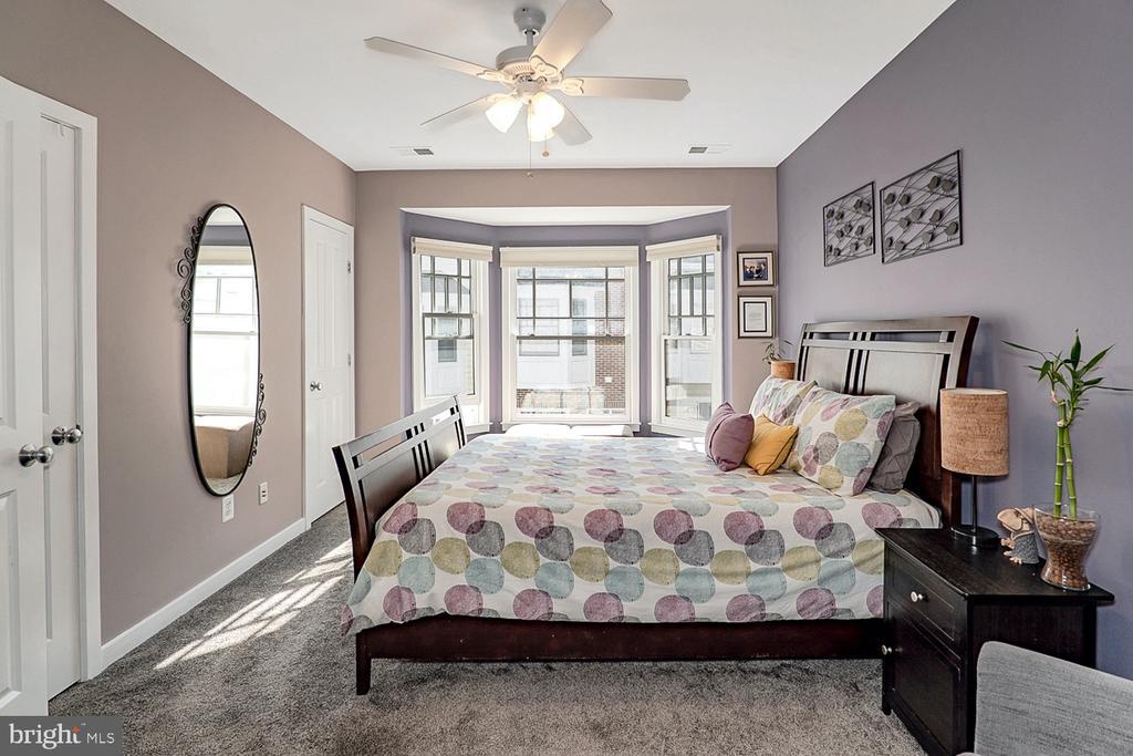 Primary bedroom w walk-in closet - 1322 N DANVILLE ST, ARLINGTON