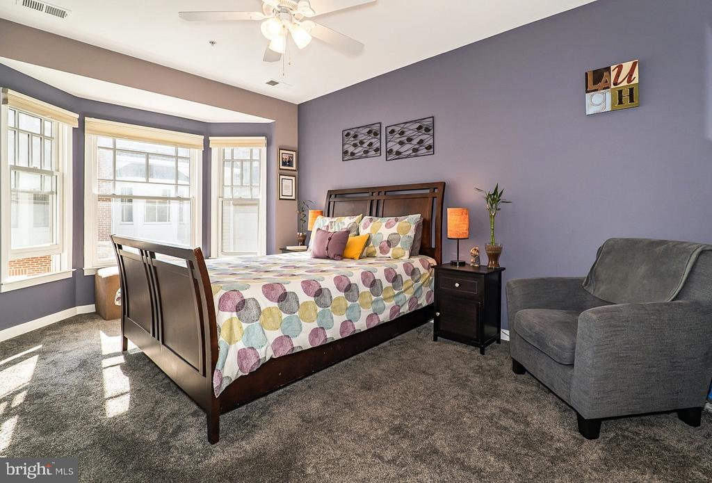 Primary bedroom with bay window - 1322 N DANVILLE ST, ARLINGTON