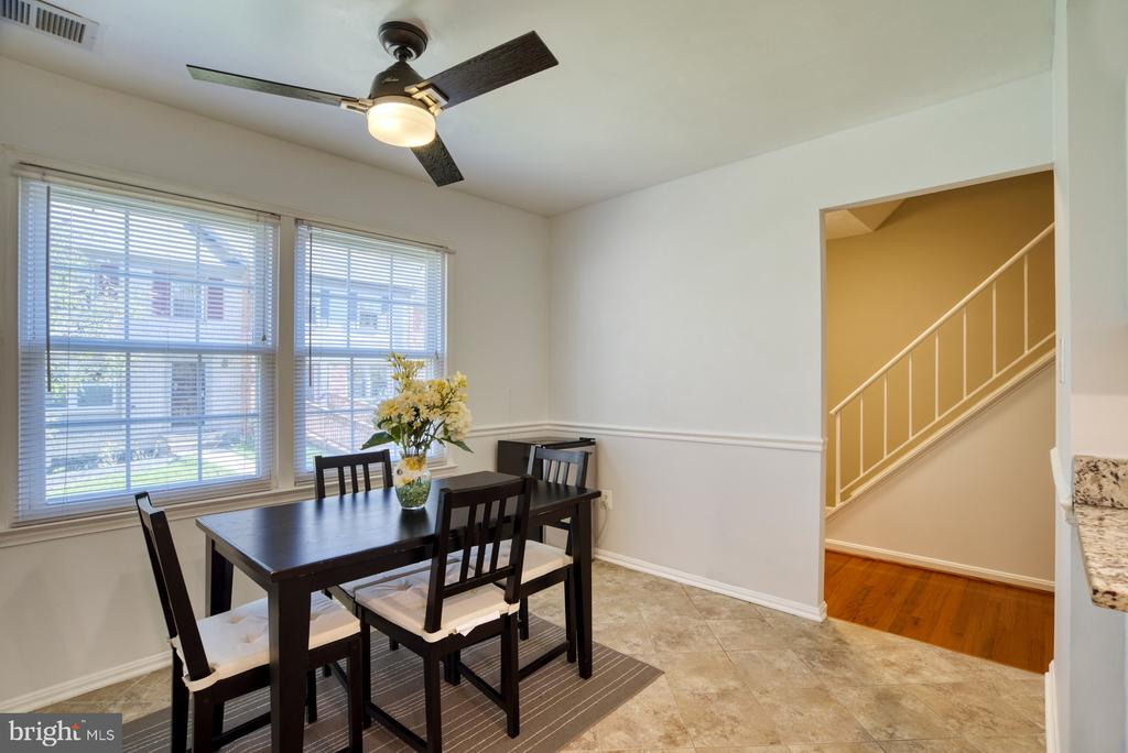 Sunny eat-in kitchen space - 6348 DRACO ST, BURKE