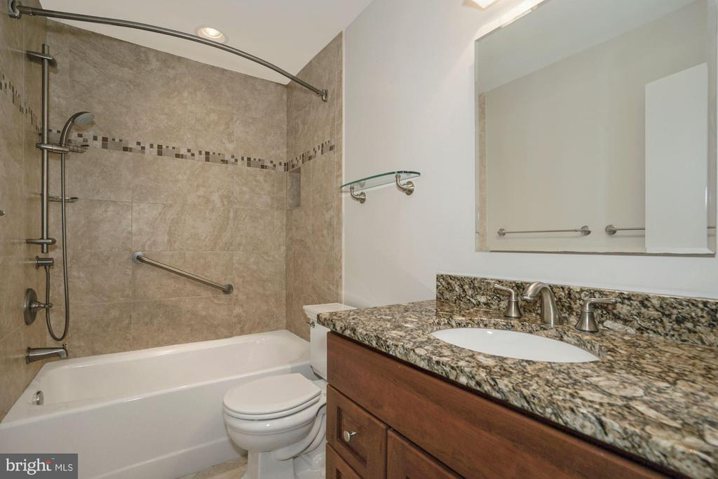 Renovated upstairs bathroom - 5630 KIRKHAM CT, SPRINGFIELD