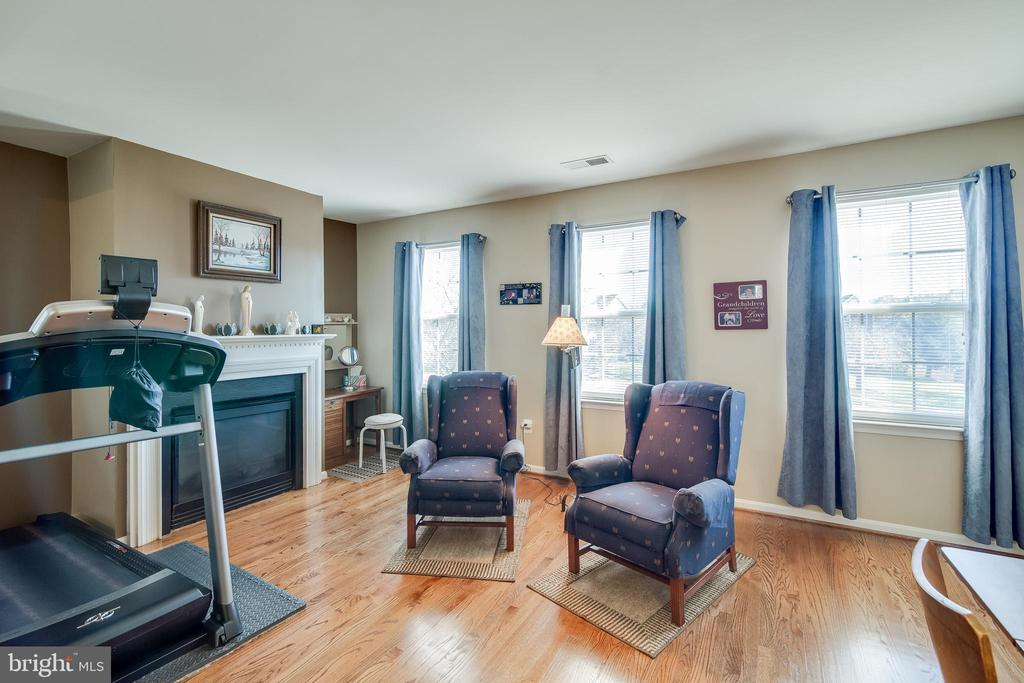 Master Suite with a sitting room & Fireplace - 15304 EGGLESTETTON CT, MANASSAS