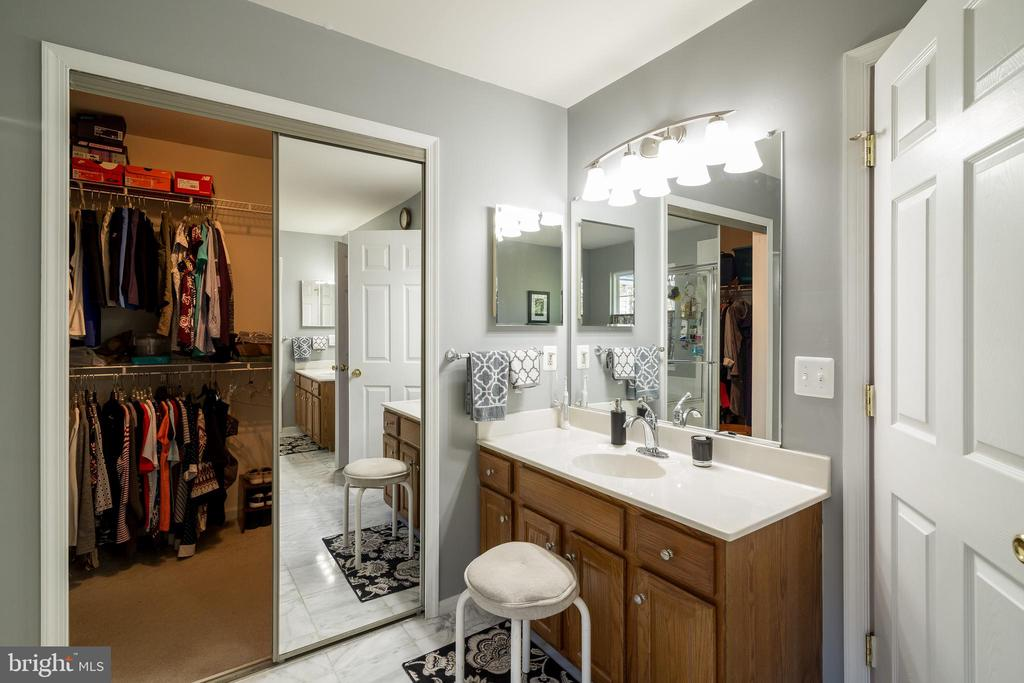 Master Bath with dual vanities and walk-in closet - 15304 EGGLESTETTON CT, MANASSAS